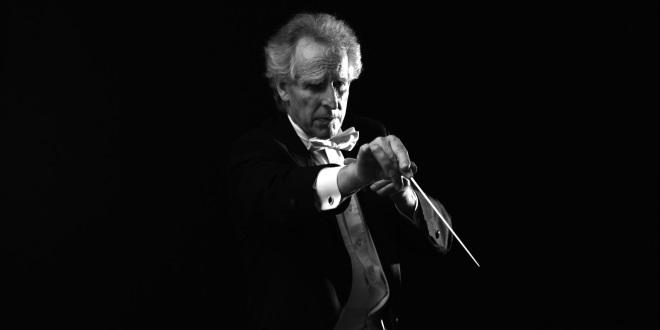 Диригентът не издава нито звук