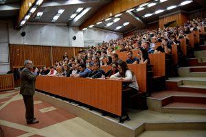 Дан Мур пред група студенти в УНСС, София